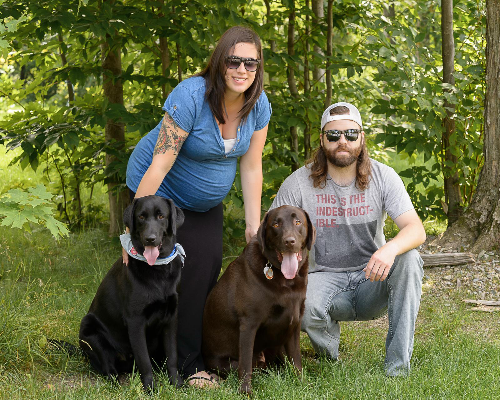 Marie-Hélène, Luc en compagnie de Théo et Sammy, les deux labradors de mon frère.