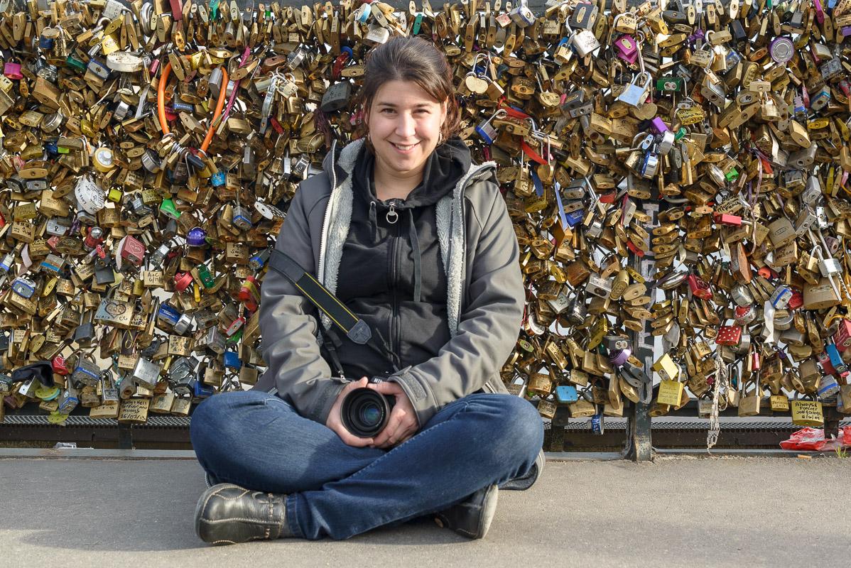 Karyne Gagné, au centre de centaine  de cadenas d'amour!