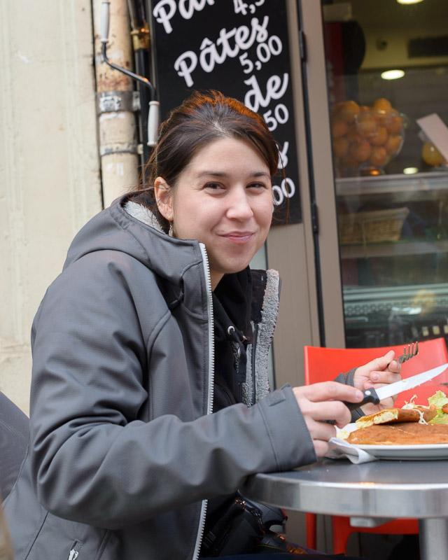 Karyne une photographe culinaire certes mais elle prend aussi le temps de déguster les spécialités locales: des crêpes!
