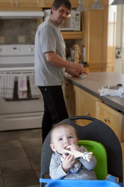 Papi prépare le lunch pendant que Mami en profite pour réaliser quelques clichés.