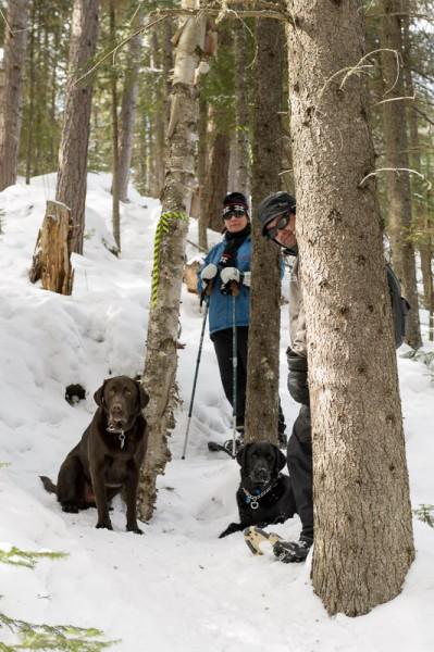 Mon frèe Simon et ma belle soeur Johanne en descente avec leurs chiens Théo (droite) et Sammy (gauche)