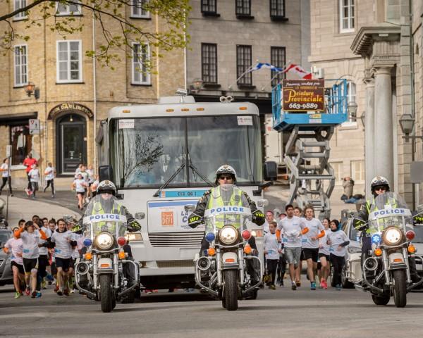 Arrivée du peloton quelques minutes après le départ sur la rue des Remparts!