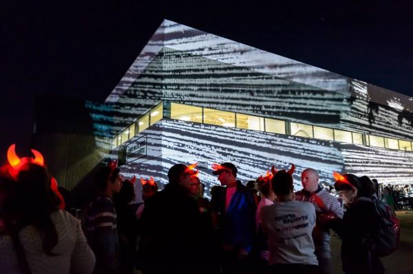 Même les bâtiments sont éclairés et contribuent à l'animation de la soirée!